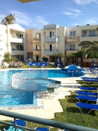 Melina Beach Hotel : Poolområdet sett från balkongen