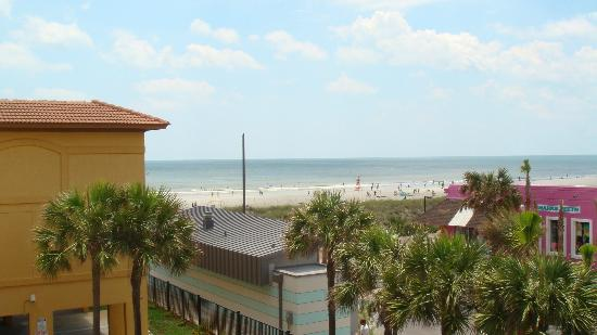 BEST WESTERN Oceanfront: View from room balcony to the beach (turning to the left)