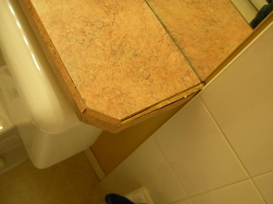 Borgata Lodge Hotel: Edge of bathroom counter top.