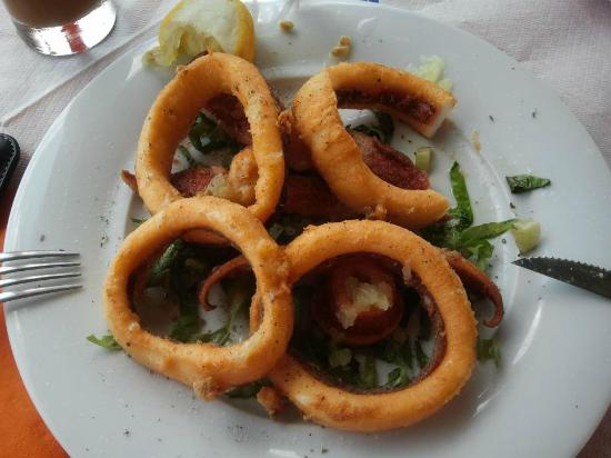 RK Beach Hotel: good food at taverna across the little street in the front of the hotel