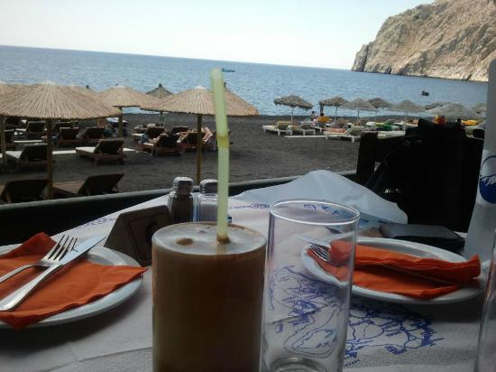 RK Beach Hotel: frappe at taverna in the fron of the hotel