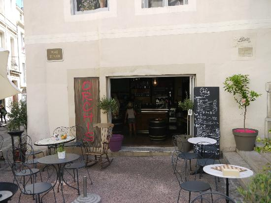 Orchis : Tische vor dem Restaurant