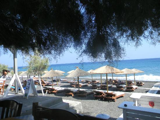 Zorbas Taverna: Kamari Beach as seen from our table