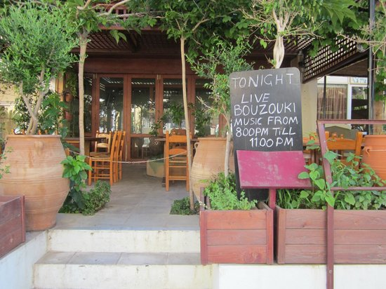 Minos Hotel: Taverna outside hotel