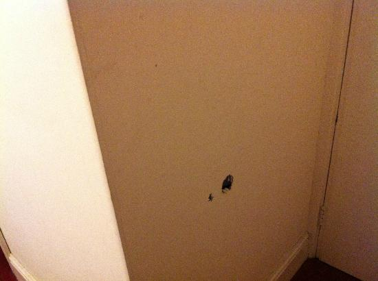 Savannah Guest House: Hole in the wall caused by door handle.