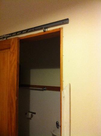 Savannah Guest House: Broken door frames.