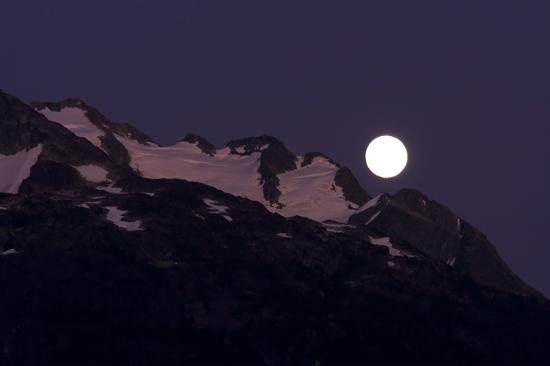 Bute Inlet Lodge: Moon rising behind Mt. Stupendous taken from the lodge
