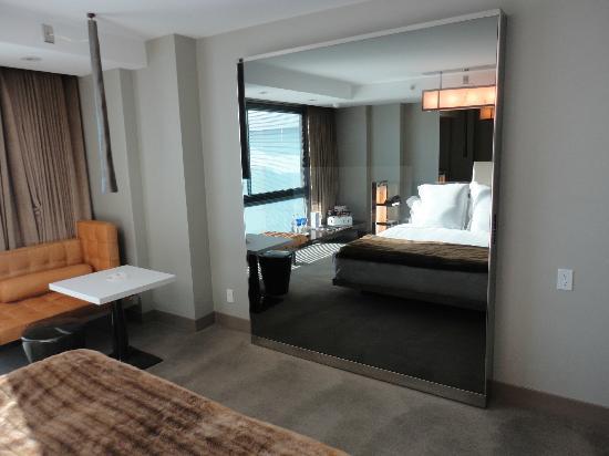 SLS Hotel, A Luxury Collection Hotel, Beverly Hills: habitación con excelente iluminación