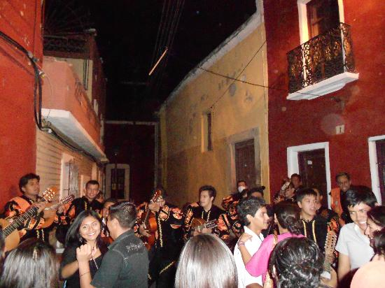 Casa Zuniga B&B: Dancing with the wandering musicians