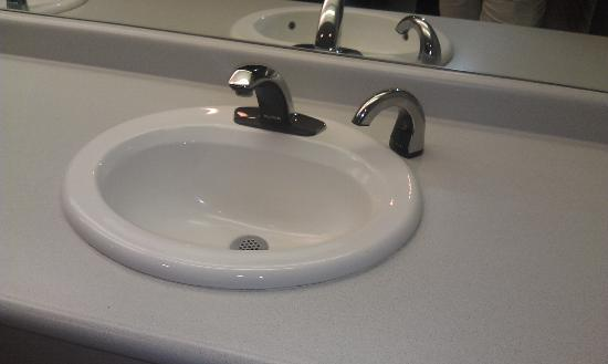 Belz Museum of Asian & Judaic Art: Very clean artistic modern sink. Only photo taken. (photos in museum not allowed.)