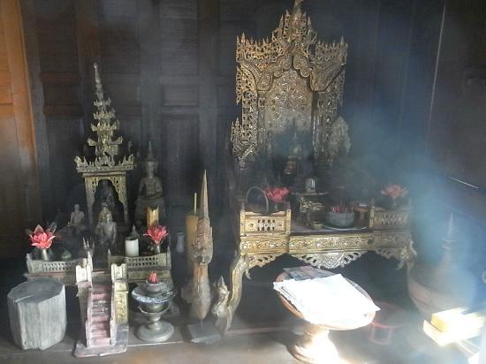 """Ban Sabai Big Buddha Retreat & Spa: Wunderschöner buddhistischer """"Altar"""" vor unserem Zimmer"""