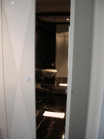 Platinum Palace Hotel: The bathroom