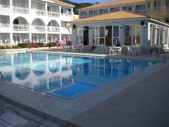 Meridien Beach Hotel: Swimming pool and pool bar