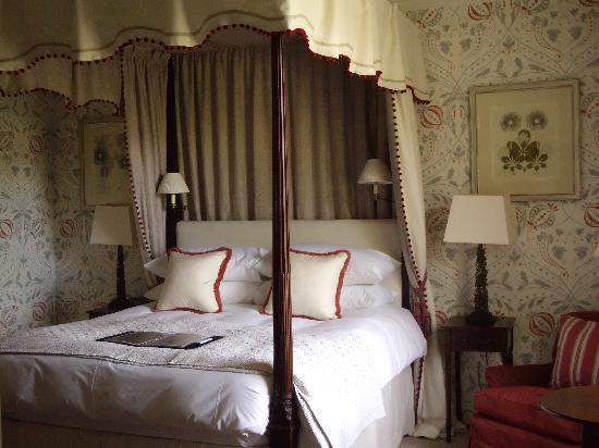 Dumfries House Lodge: Bridal suite with four poster bed.