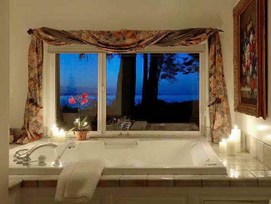 Colette's Bed and Breakfast Inn: Romantic Jacuzzi Spa for Two - Cedar Suite
