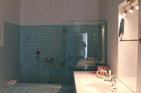 Pantelia Suites: Shower