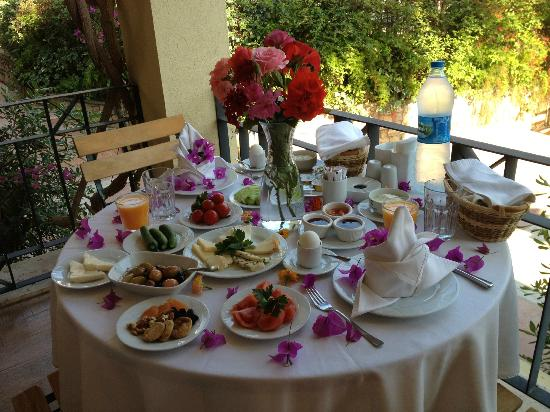Hotel Zeytinada : breakfast on balcony because we had something to celebrate
