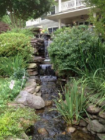 Lookout Point Lakeside Inn: Waterfall garden