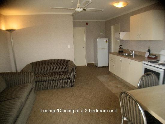 Deco City Motor Lodge: 2 bedroom lounge