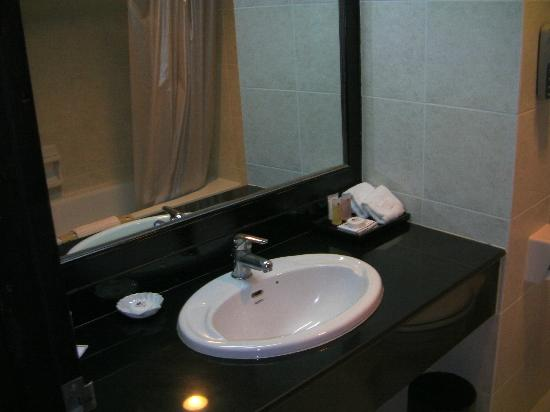 Lao Plaza Hotel : Bathroom was well appointed with great shower