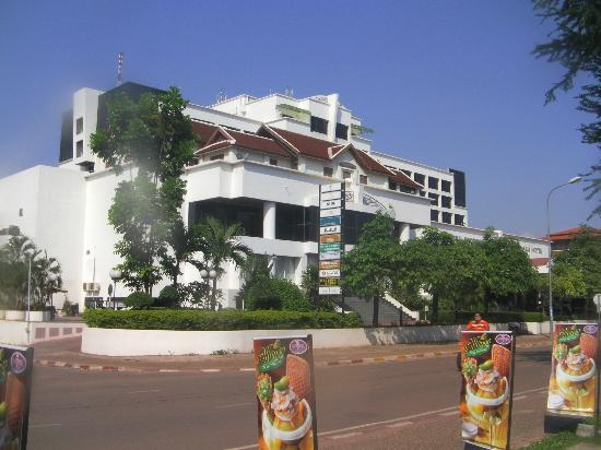 Lao Plaza Hotel : Street view of the hotel