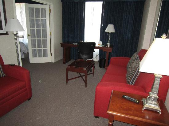 Sheraton Suites Old Town Alexandria : Suite area with sofa bed