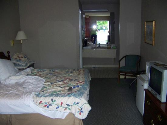 Tompkinsville Inn: King room