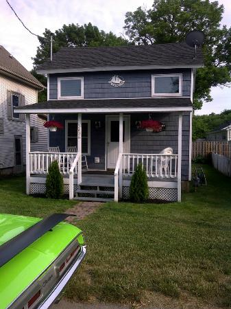 Brookins Inn and Suites: Quaint and cute cottage. LOTS of beds !!