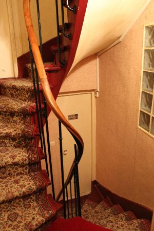 Hotel Bellan : The spiral stairs was very narrow. Go up or down stairs with luggages is very dangerous.
