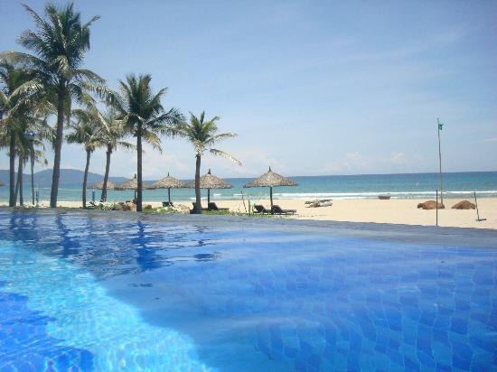 Vinpearl Da Nang Resort & Villas: Swimming pool and the beach