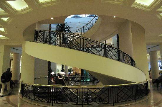 ‪كونراد القاهرة: The spiral staircase in the lobby‬