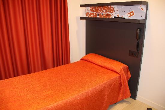Hostal Benidorm: The bed was cozy!