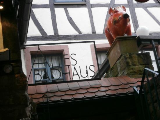 Hotel Restaurant Altes Badhaus: ホテル入り口の上部