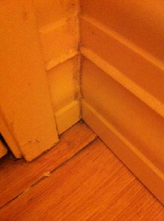 Red Roof Inn St Clairsville - Wheeling West: dust and problem floor- no reason not to stay but should be seen to by staff