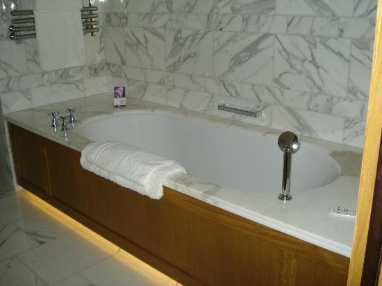 Corinthia Hotel London: Banheiro lindo e limpo
