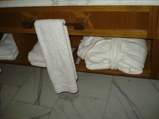 Corinthia Hotel London: Toalhas e roupão de ótima qualidade