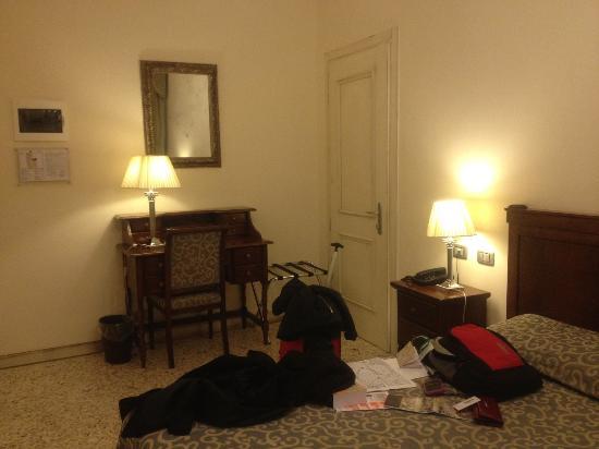 Hotel dell'Opera: habitación comoda y acogedora con todo lo necesario