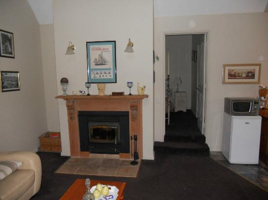 Crabtree River Cottages: Fireplace in living room