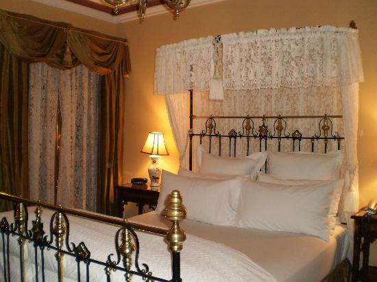 great king size bed picture of craig 39 s royal hotel. Black Bedroom Furniture Sets. Home Design Ideas