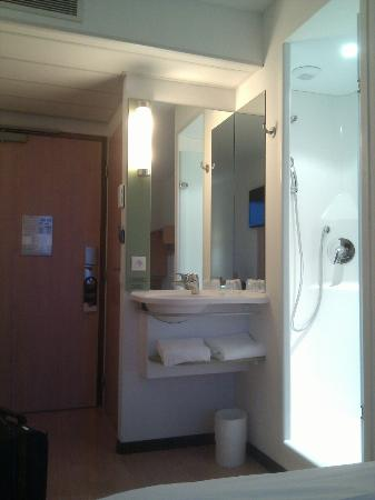 Ibis Budget Lyon Centre - Gare Part Dieu : (pseudo) bathroom