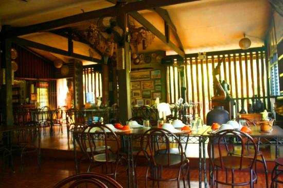 Coron Village Lodge : Indoor dining area