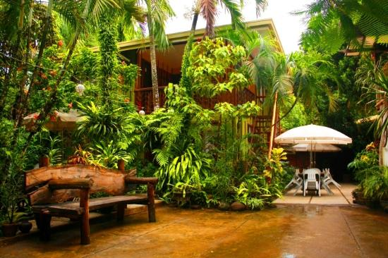 Coron Village Lodge: Outdoor dining area