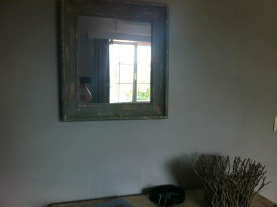 Au Bonheur des Hôtes : détails décoration chambre coeur de bois