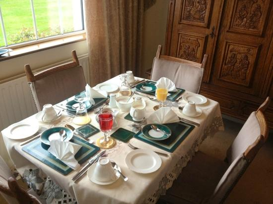Dirreen House: table beautifully laid for breakfast