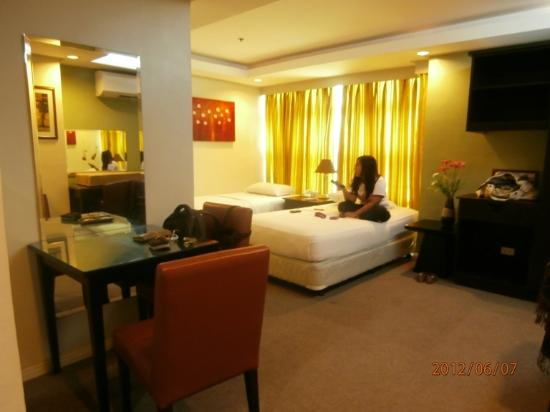 Best Suites Hotel Cebu: dresser and the two beds