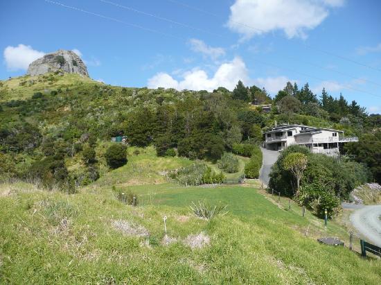Waimanu Lodge Whangaroa Northland: Waimanu Lodge nestled below St Pauls Rock Scenic Reserve