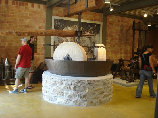 Museo de la Aceituna y del Aceite de Oliva Griego: one of the machines exposed