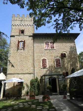 Castello Cortevecchio: esterno, la stanza che vedete nelle foto è nella torre e sono le due finestrelle una sopra l'alt