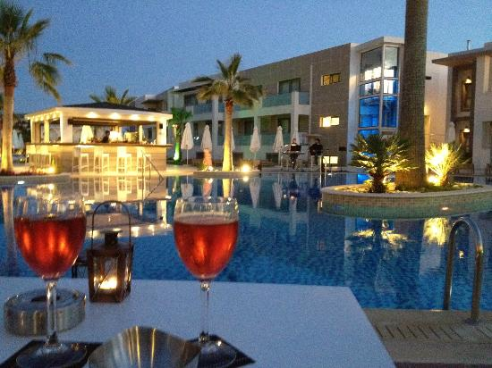The Lesante Luxury Hotel & Spa: Wine by the pool on a very relaxed evening