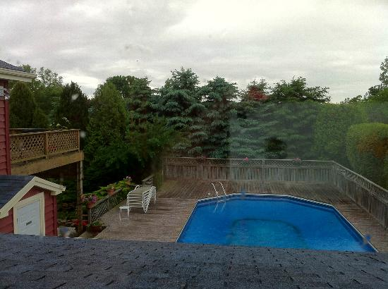 Silver Birches by-the-Lake B&B: La piscine... Dommage qu'il pleuvait!